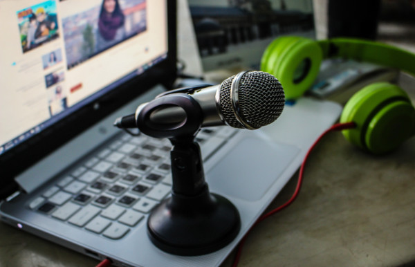 An image of a microphone on a laptop